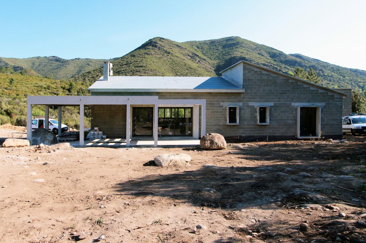 Construction d 39 une maison en galets en haute corse for Construction une maison